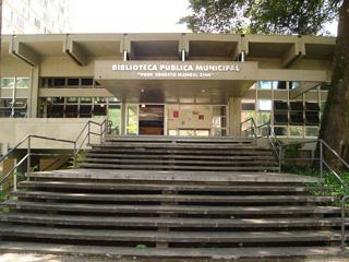 Foto da frente da Biblioteca Pública Municipal Prof. Ernesto Manoel Zink