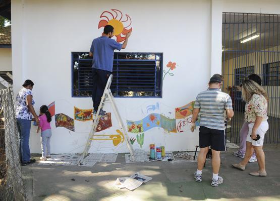 Foto: Pais e professores também participaram da pintura da escola | Crédito: Rogério Capela