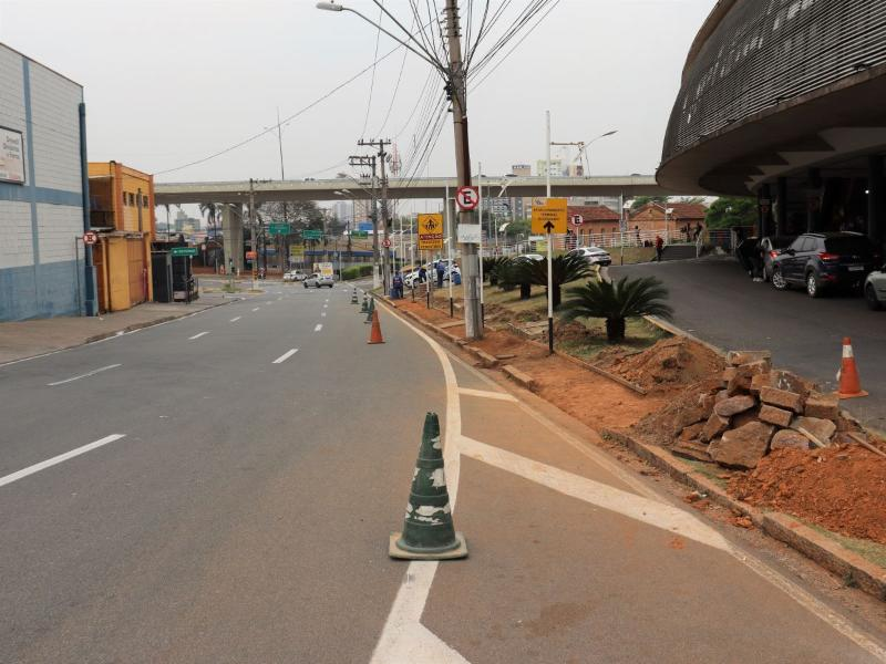 Foto: Antigo canteiro central dará lugar às vagas de parada rápida | Crédito: Emdec/Setransp