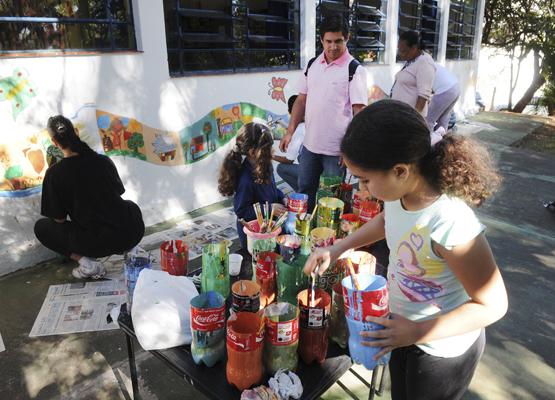 Foto: Crianças pintam parede de escola | Crédito: Rogério Capela